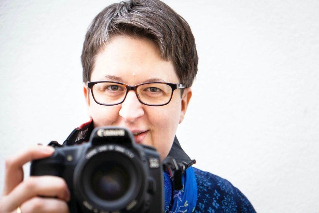 Annette Schwindt mit Kamera, fotografiert von Benedikt Geyer