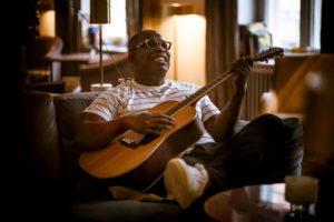 Amo Jr. mit Gitarre
